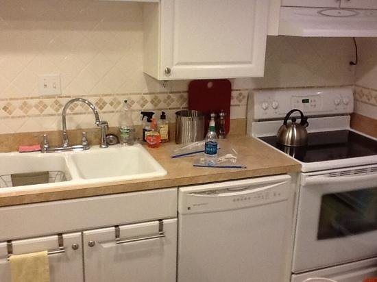 Edgewater Condos : nice size kitchen with everything you need
