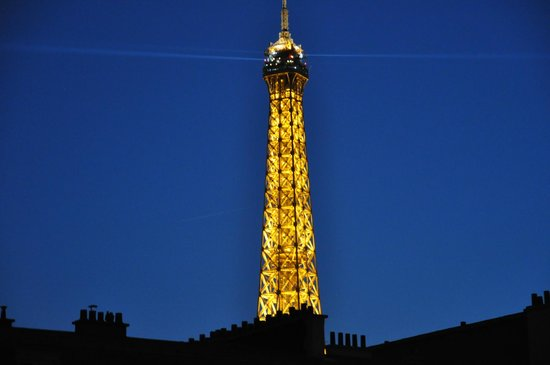 Hotel Relais Bosquet Paris: View of the tower from our room at night