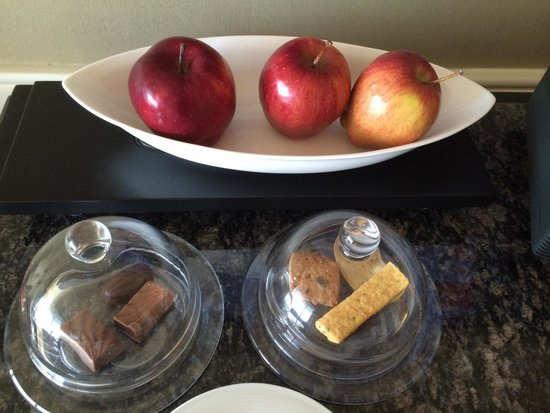 The Leela Mumbai: They have arranged some cookies, chocolates and apples for the guest