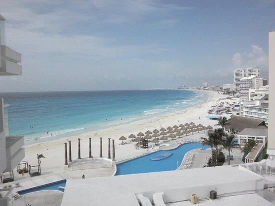 Krystal Cancun: Vista de la zona de alberca y playa.