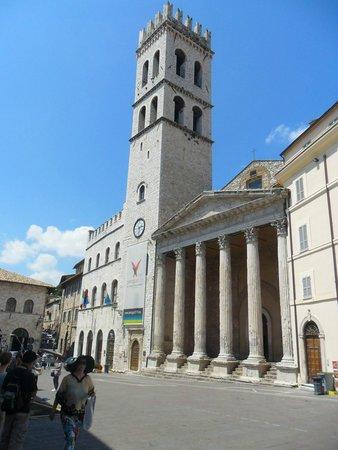 Piazza del Comune: Palazzo del Capitano del Popolo e o Templo de Minerva a direita