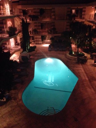 Oceana Beach Club Hotel : Pool/courtyard at night