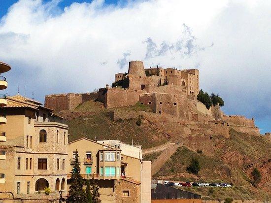 Parador de Cardona: Vista del hotel-castillo desde el pueblo de Cardona