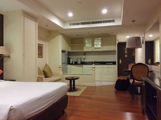Centre Point Hotel Silom : The kitchenette and the couch/sofabed.