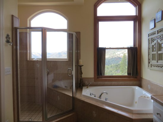 Bella Vista Bed & Breakfast Inc.: Bathroom with a view