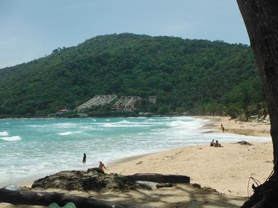 Nai Harn Beach: strong waves and no sunbeds on Naiharn beach 1st August 2014