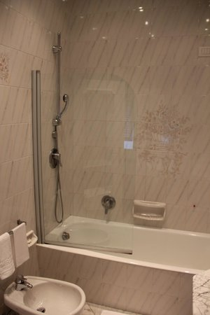 Grand Hotel Miramare: Large spacious bathroom