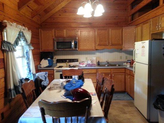 Smoke Hole Caverns & Log Cabin Resort : Also a full kitchen.