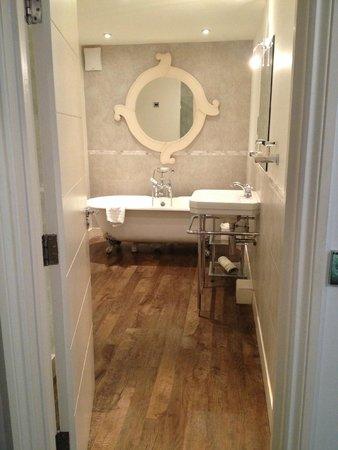 Noel Arms Hotel: Modern bathroom