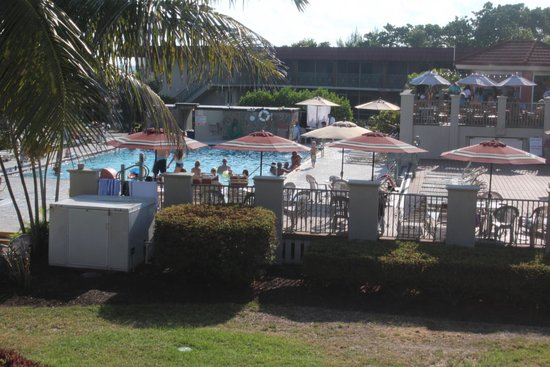 West Wind Inn: View from our room to pool