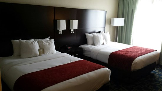 Comfort Suites Downtown : Our beds in room 542