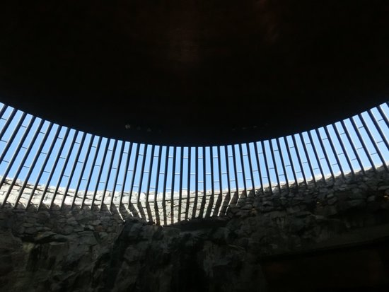 Rock Church: 何枚ものガラスこしに明るい陽射しが差し込み、何とも斬新なデザインだと思いました