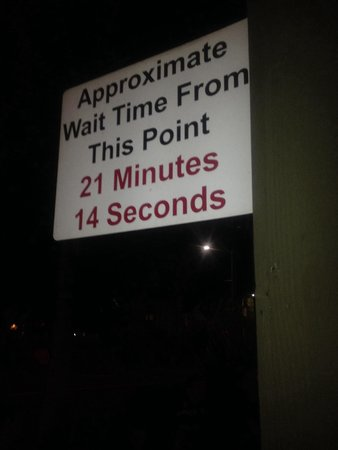 Phil's BBQ : Outside wait time sign.