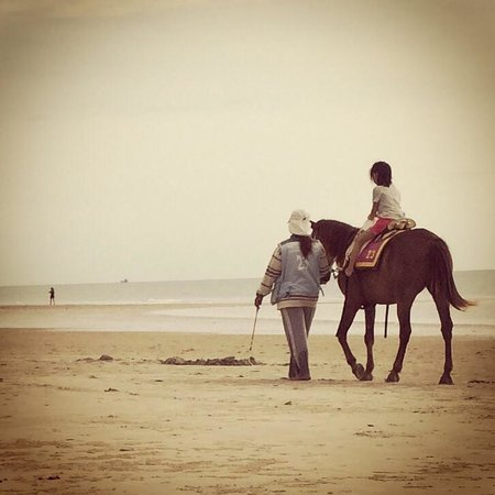 Hua Hin Beach : Horse riding for hire on Takiab beach. Unfortunately horse manure is also left on the beach.