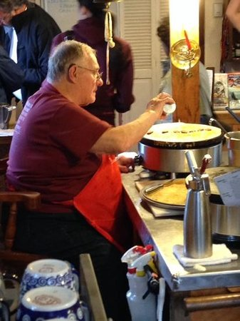 Le Barn Appetit Inn & Creperie: Yvon working his magic
