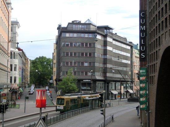 Cumulus Kaisaniemi: トラムの停留所すぐ前がホテルです。