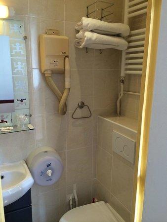 Avenir Hotel: Ванная комната