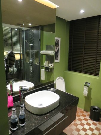 The Continent Hotel Bangkok by Compass Hospitality: Bathroom