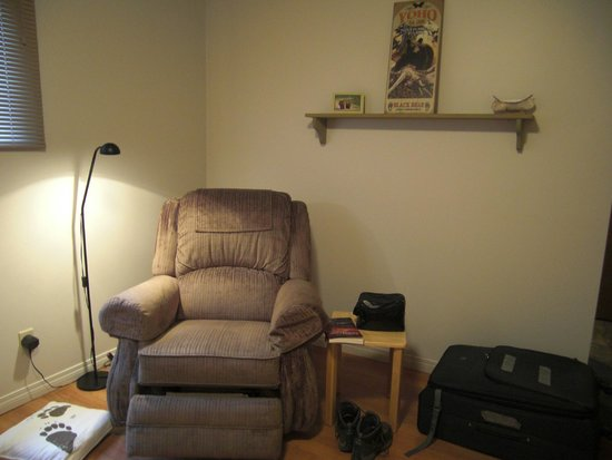 Yoho Guesthouse: Comfortable chair in living room.