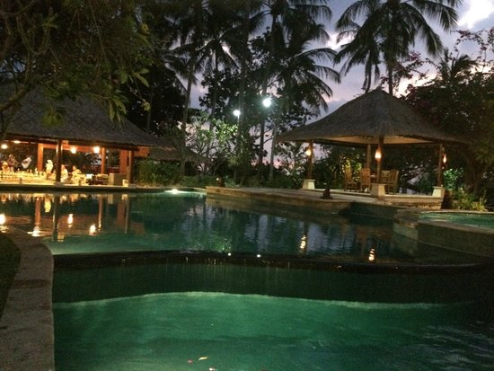Holiday Resort Lombok : Pool by night