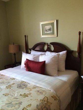The Halliburton: Queen room