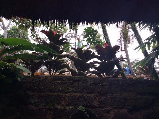 Ubud ArtVilla : view of construction workers from the bathroom