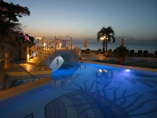 Sandals Regency La Toc Golf Resort and Spa : Night view of pool at La Toc.