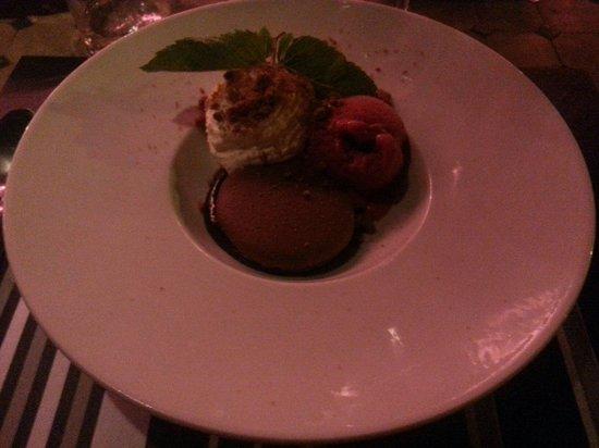 Auberge du Griffou : Macaron chaud au chocolat, sorbet framboise et chantilly aux brisures de Speculoos