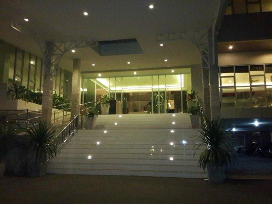 Prima Villa Hotel: главный вход