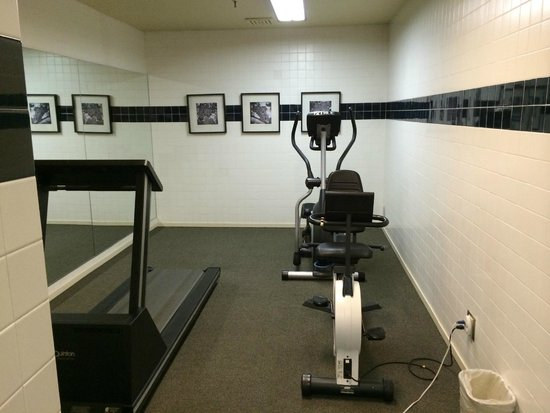RiverPointe Napa Valley Resort: The Gym - treadmill out of order, no weights to speak of