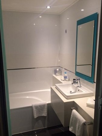 Southern Sun Waterfront Cape Town: Refurbished Full bathroom