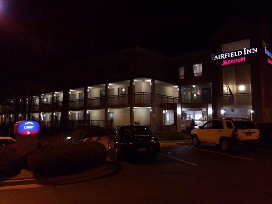 Baymont Inn & Suites Flagstaff: The Flagstaff Fairfield Motel, er Inn, at night