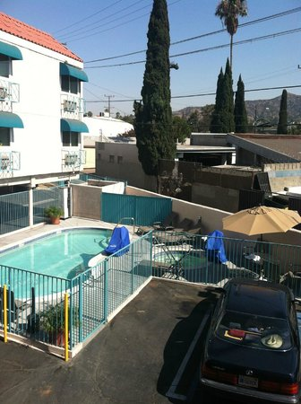Quality Inn: The pool and not-hot tub