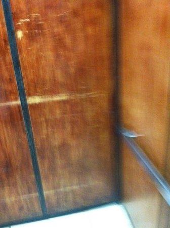 Quality Inn: Old elevator
