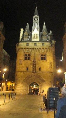 Porte Cailhau : la porte vue de nuit