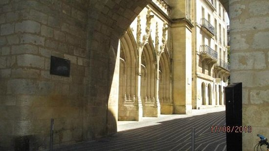 Porte Cailhau : abords de la porte