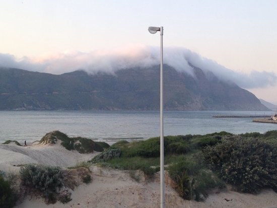 Uitzicht vanuit slaapkamer - Picture of Hout Bay Backpackers, Hout Bay ...