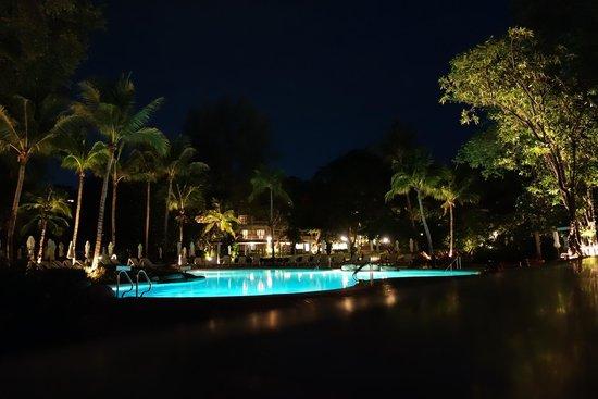 Centara Grand Beach Resort & Villas Hua Hin: Night view of the Colonial swimming pool.