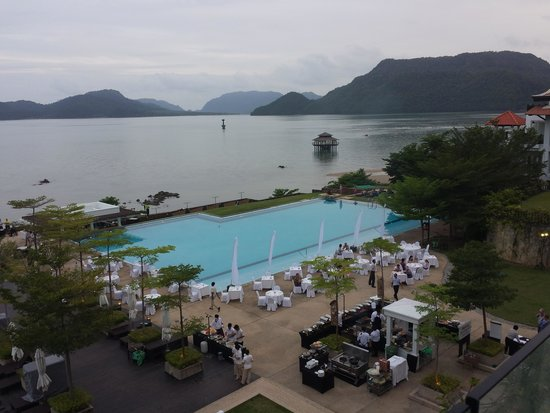 The Westin Langkawi Resort & Spa: Setting up seafood night, view from Breeze lounge. Every man has a weakness, I guess mine is the