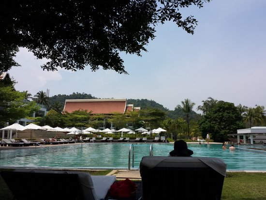 The Westin Langkawi Resort & Spa : The sun is still out but there aren't as many people which means you can have the pool to yourse