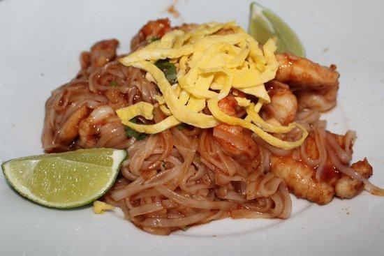 The Landing Grill & Sushi Bar : Phad Thai