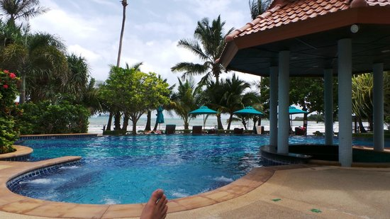Koh Chang Paradise Resort & Spa : Pool area with the beach right behind it