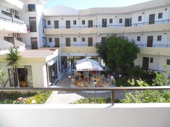 Hotel Maran: Courtyard by day