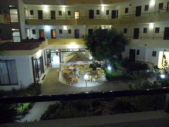 Hotel Maran: Coutyard at night