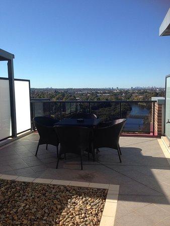 Meriton Suites George Street, Parramatta : Outdoor eating area