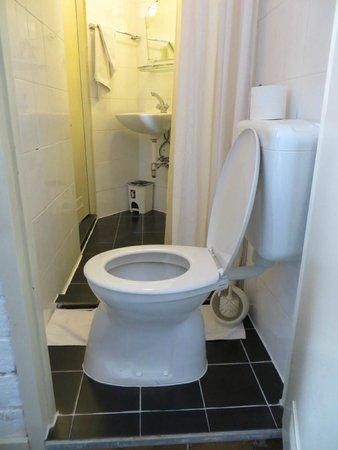 Hotel 't Witte Huys : Auf dem Klo stößt man sich die Beine. Besser quer draufsetzen.