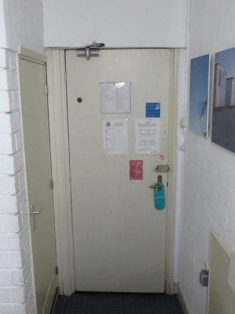 Hotel 't Witte Huys : Blick zur Zimmertür.