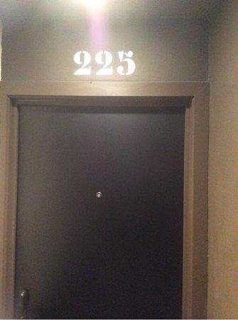 Hotel O Ieper - Grote Markt : Our Room Door