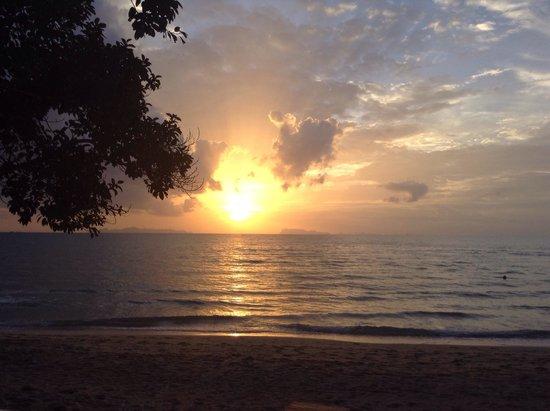 The Lipa Lovely Beach Resort: Wonderful sunsets