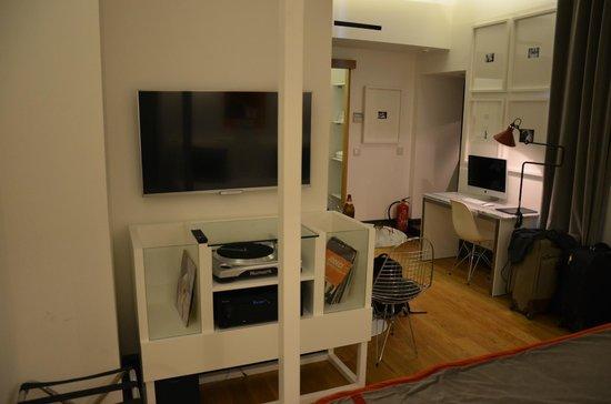 Brown's Boutique Hotel : Duży telewizor i gramofon